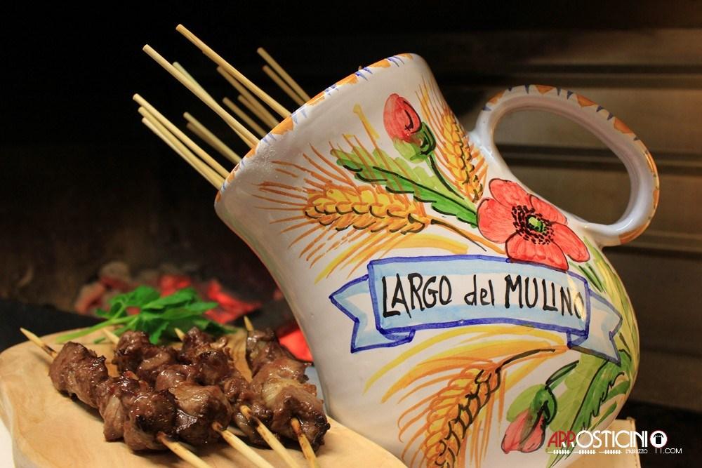 Arrosticini artigianali pronti da servire nel tradizionale vaso porta arrosticini del ristorante Largo del Mulino a Tortoreto