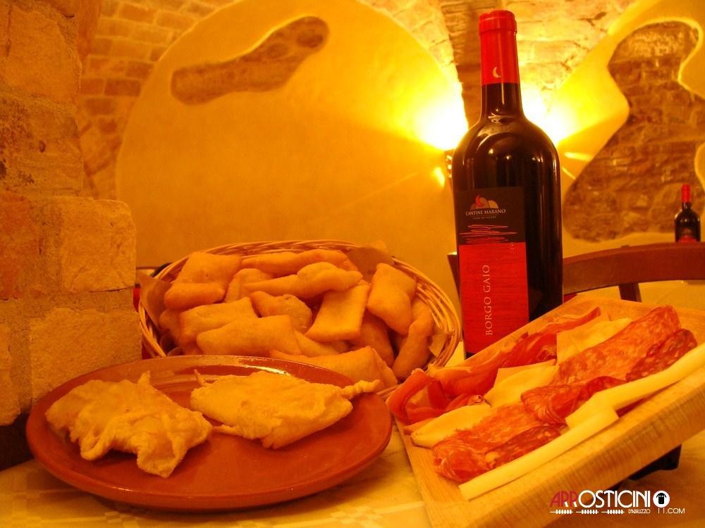 Formaggio fritto e tagliere di salumi e montepulciano d'Abruzzo del ristorante Largo del Mulino a Tortoreto