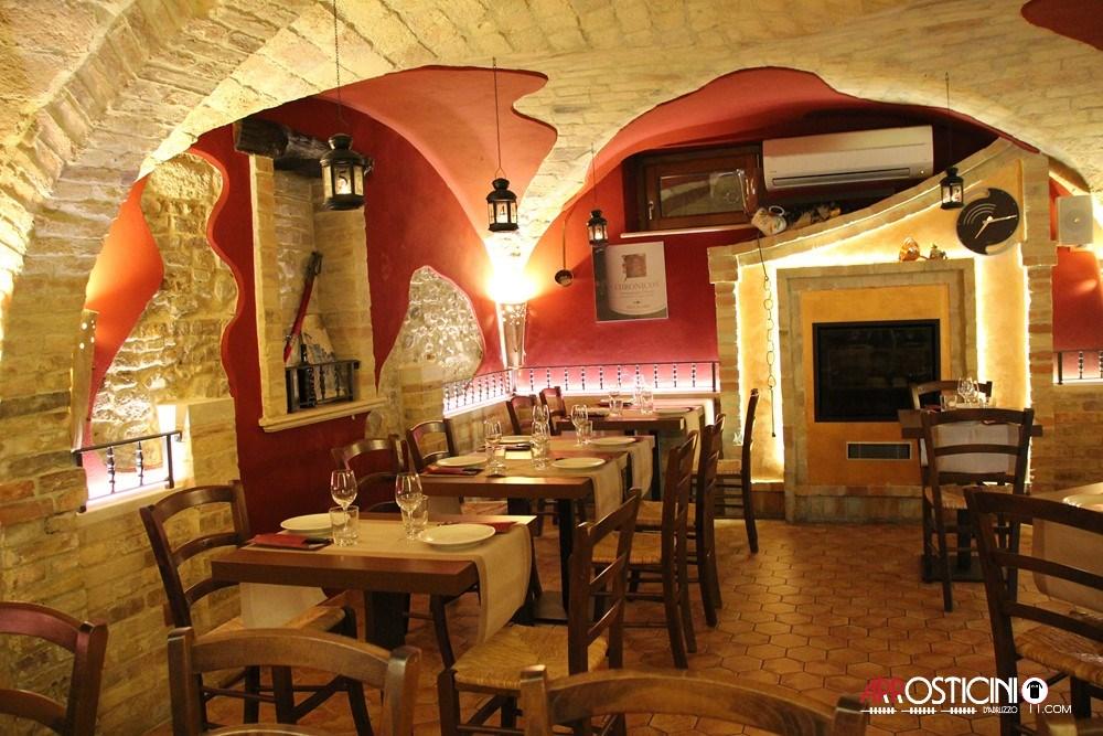 Sala interna con archi antichi in mattoni e camino del ristorante Largo del Mulino a Tortoreto