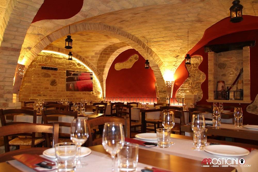 Sala interna con archi antichi in mattoni del ristorante Largo del Mulino a Tortoreto