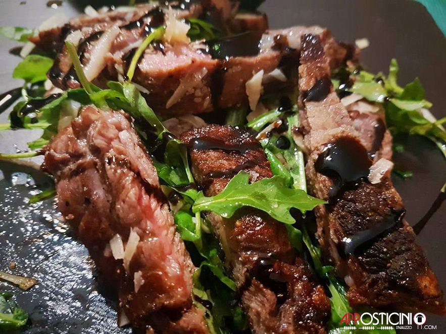 carne con insalata la Maison dell'Arrostell Teramo Abruzzo