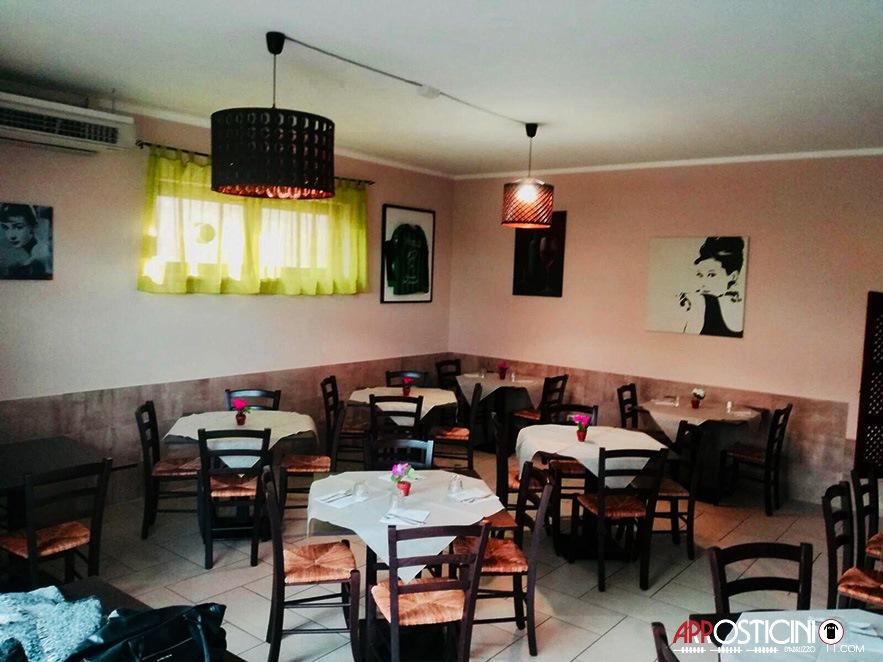locale interno con tavolini la Maison dell'Arrostell Teramo Abruzzo