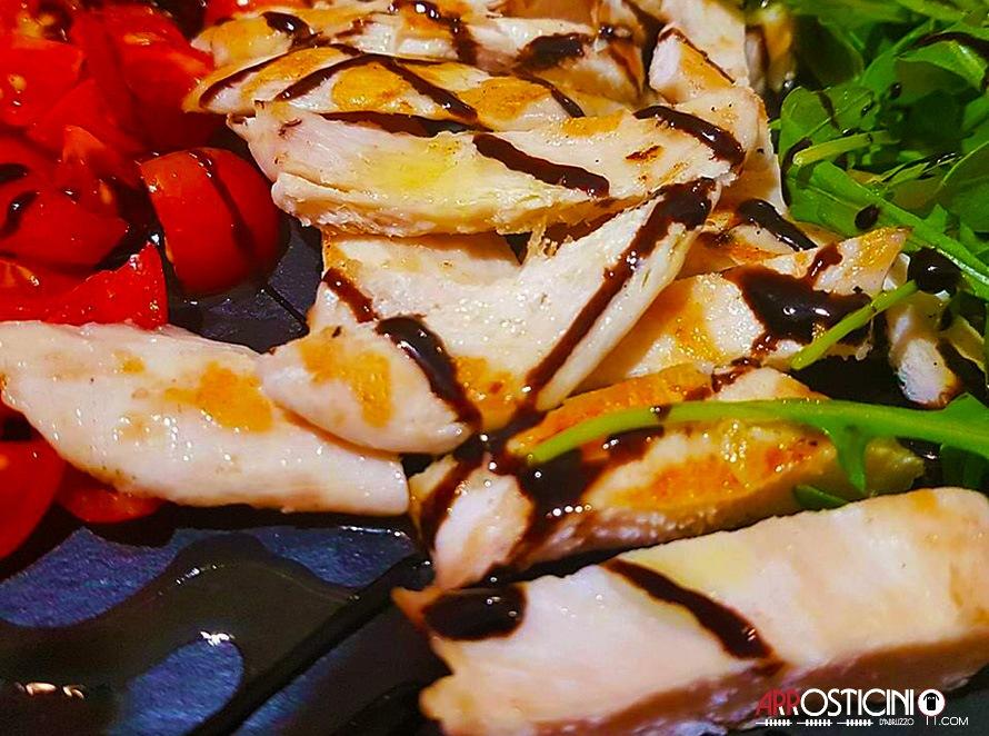 pollo grgliato con pomodorini e insalata la Maison dell'Arrostell Teramo Abruzzo