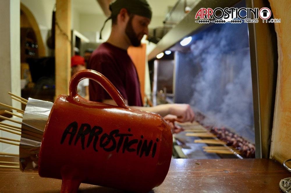 Arrosticini nella brocca di ceramica Abruzzo