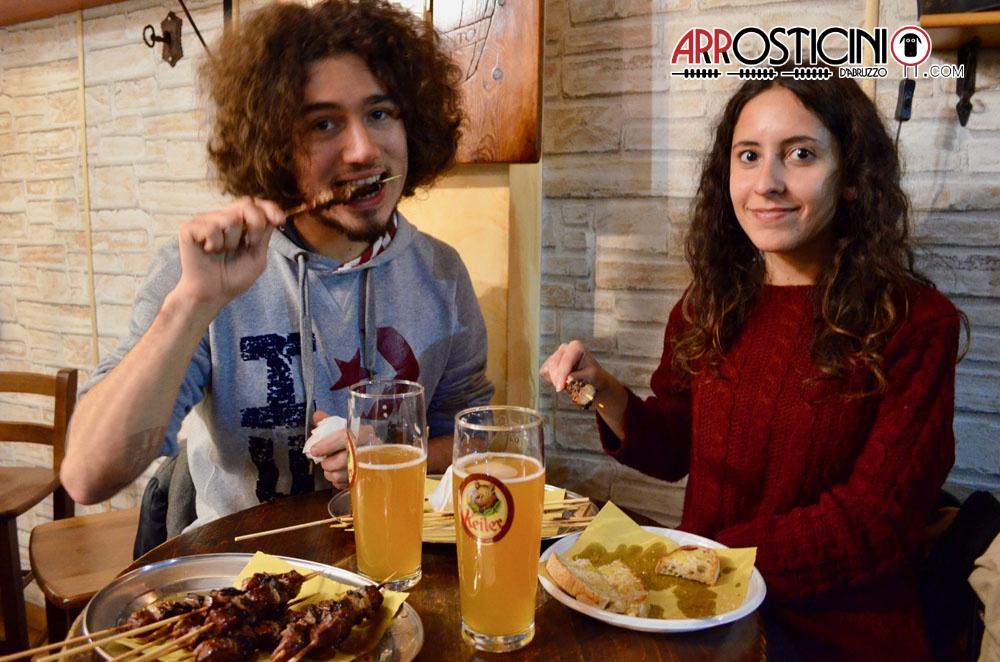 clienti che mangiano nel locale il puledro impennato arrosticini birra