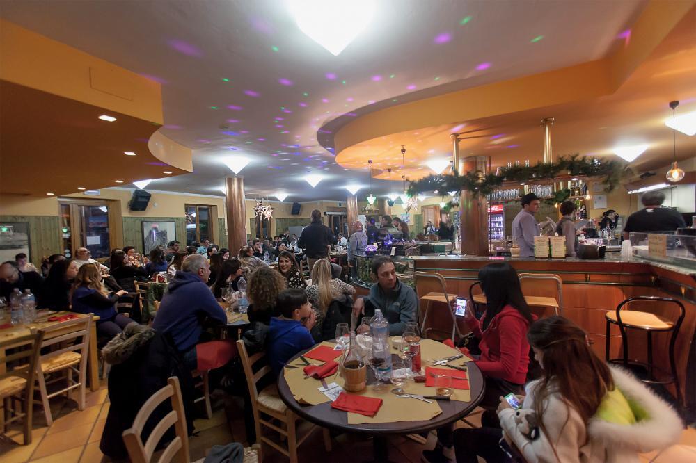 salone del bar con clienti di Prati di Tivo in montagna ai piedi del Gran Sasso d'Italia