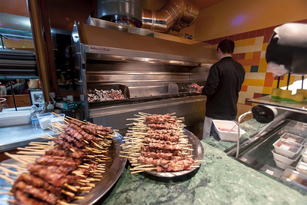 arrosticini in cottura sulla brace del bar di Prati di Tivo in montagna ai piedi del Gran Sasso d'Italia