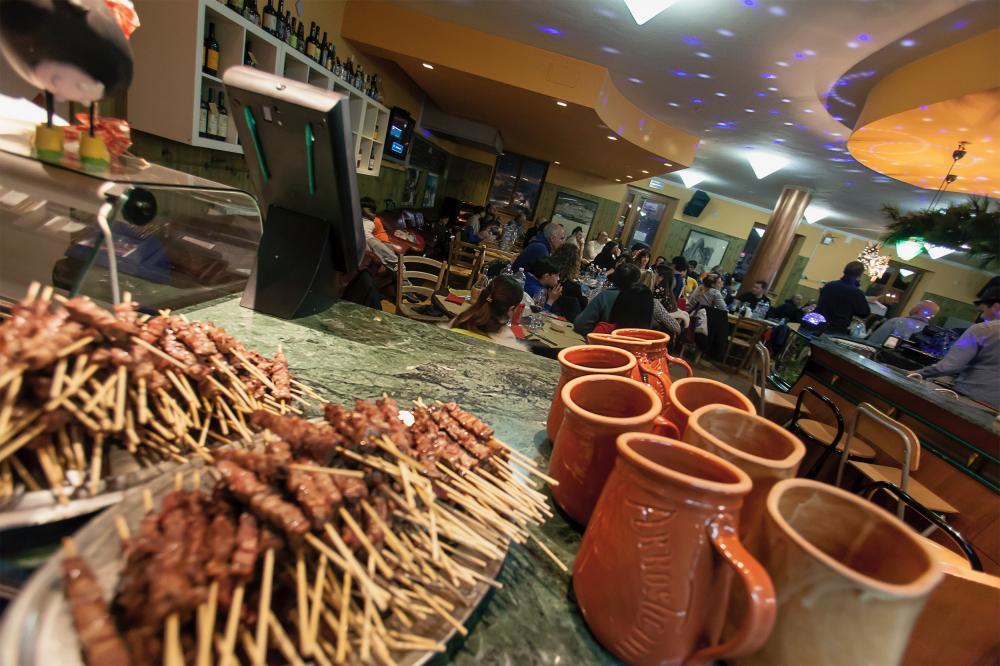 arrosticini cotti sul bancone del bar di Prati di Tivo in montagna ai piedi del Gran Sasso d'Italia