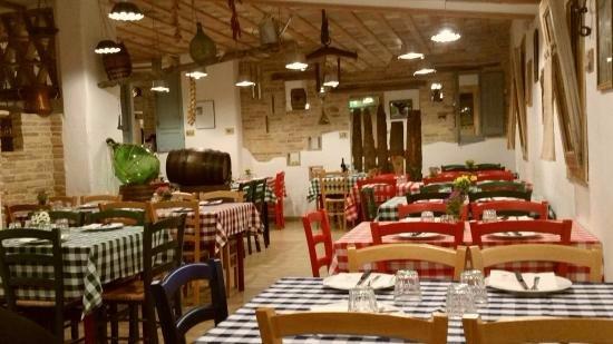 Sala ristorante apparecchiata per la cena del locale La Cantina