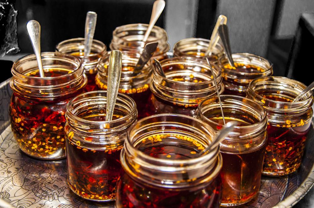 Vassoio con vasetti di olio al peperoncino, pronti per condire i tradizionali Arrosticini