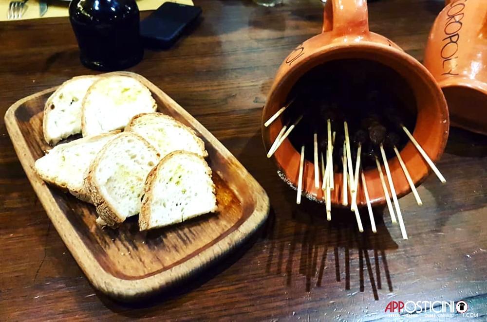 brocca di coccio con Arrosticini artigianali e bruschette con olio presso il ristorante pub le Botti di Pescara 2 in Abruzzo