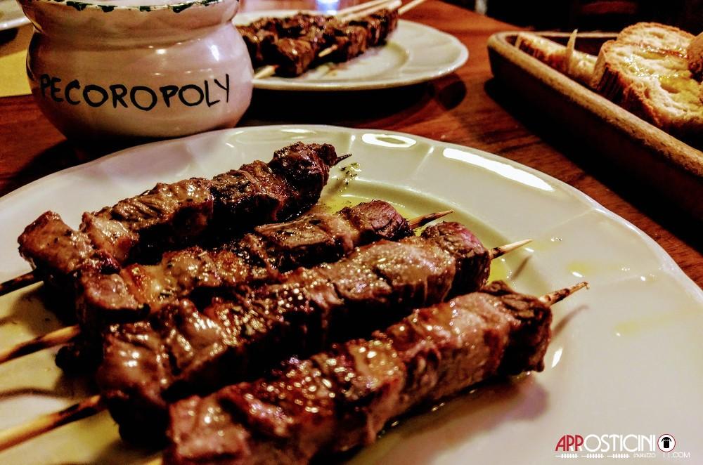 brocca di coccio con Arrosticini di scottona presso il ristorante pub le Botti di Pescara 2 in Abruzzo