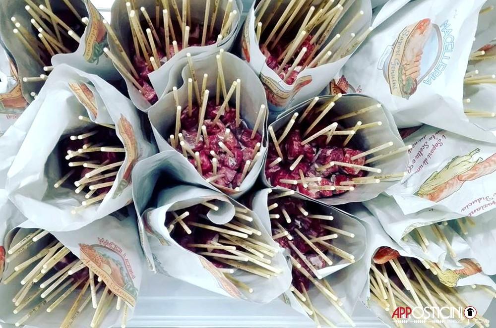 arrosticini artigianali crudi avvolti dei due Somari Pescara Centro Abruzzo