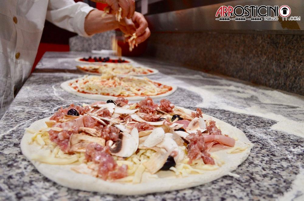 Preparazione pizze al piatto vari gusti