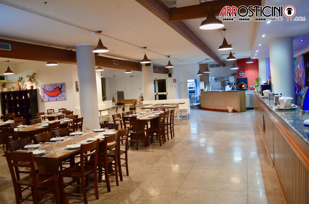 sala ristorante arredamento tavoli e bancone