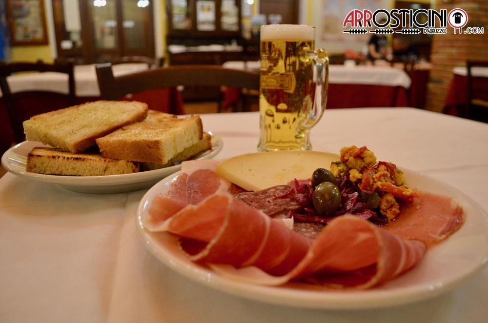 Antipasto misto, salumi.formaggi, birra, pane. Lu Strego Farindola