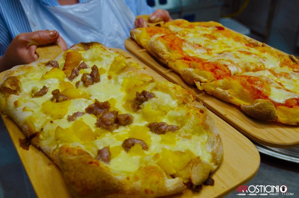 cuoca con pizza patate e salsiccia e margherita osteria Strabacco Teramo Abruzzo