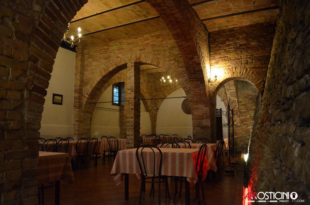 Interno con tavoli osteria Strabacco Teramo Abruzzo