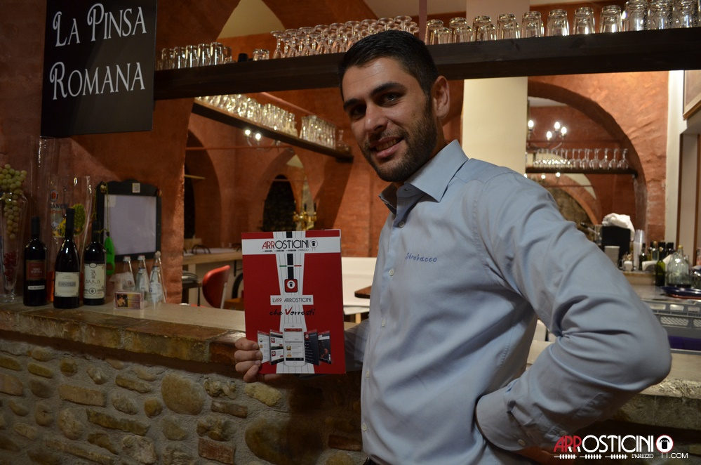 proprietario con flyer App Arrosticini osteria Strabacco Teramo Abruzzo
