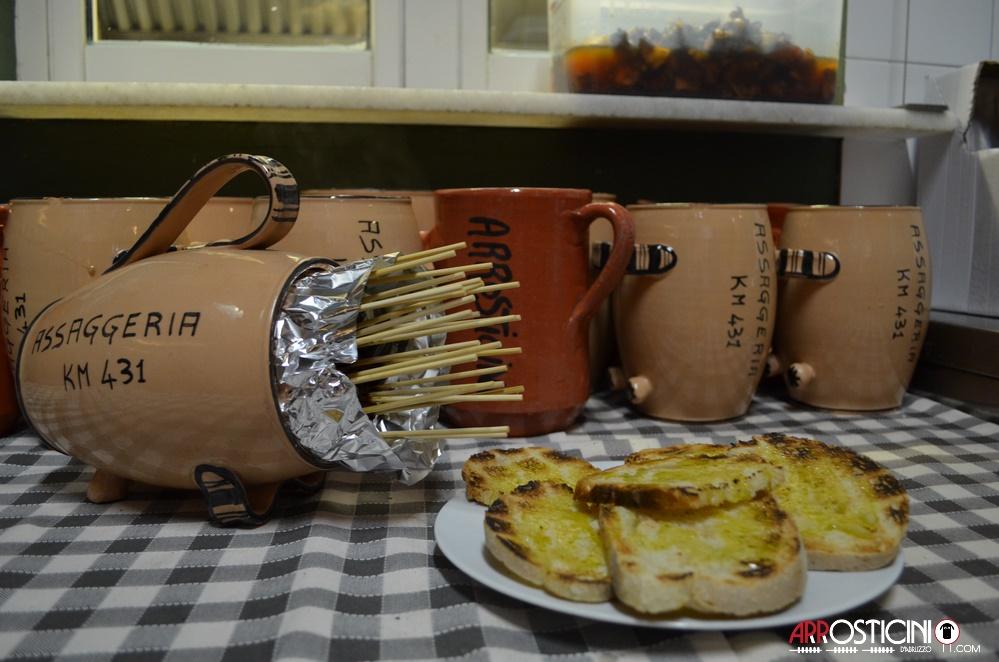 Arrosticini nella brocca pronti da servire con bruschette pane e olio