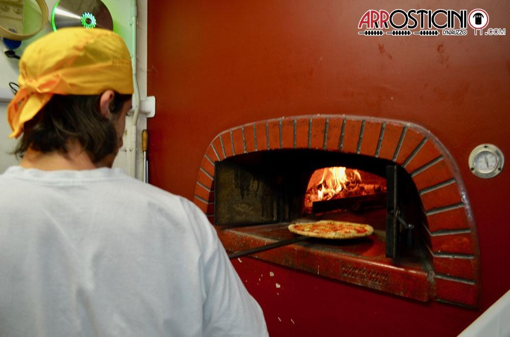 Pizza nel forno a legna Condito