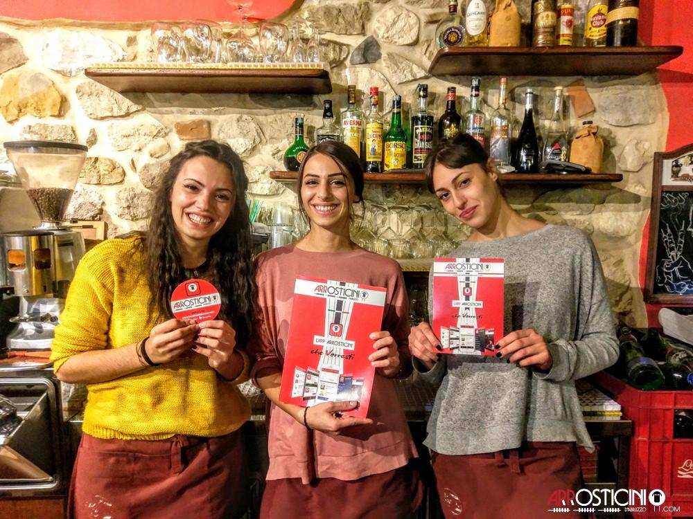 ragazze cameriere che sorridono al bancone del bardel Borgo Villa Petto a Teramo